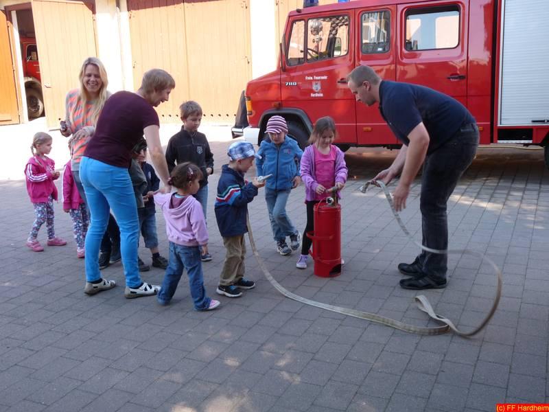 Sie sehen Bilder vom Artikel: Mai 2014 | Betriebskindergarten  REUM zu Besuch bei der Feuerwehr